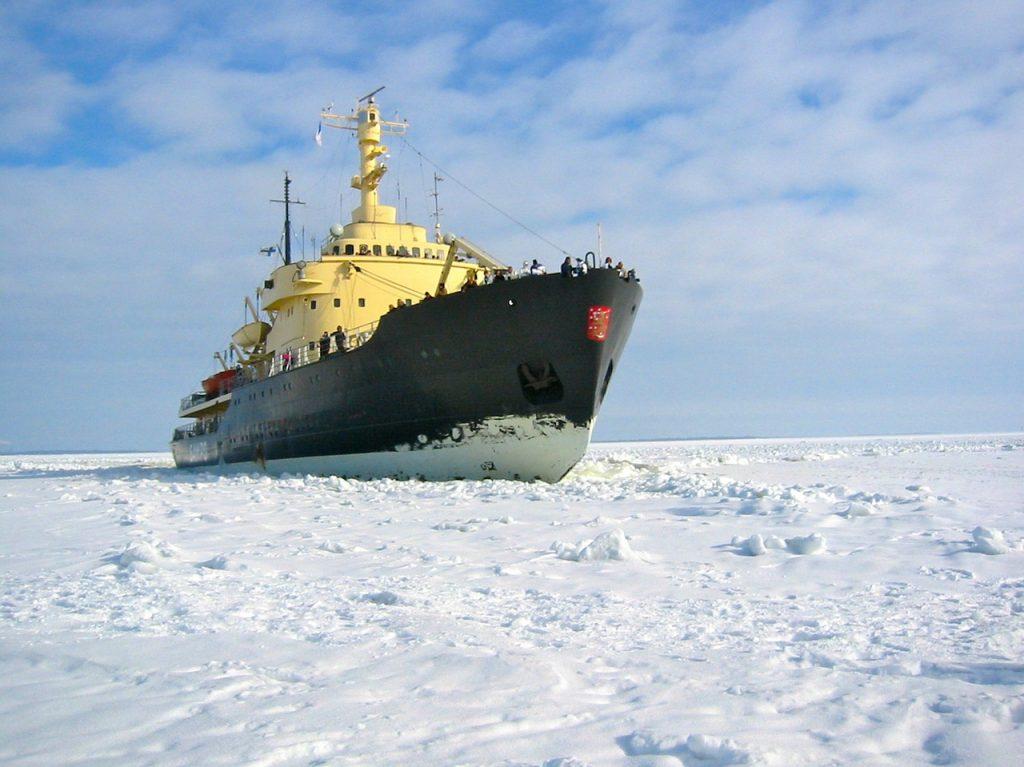 Eisbrecher fährt durch Eis