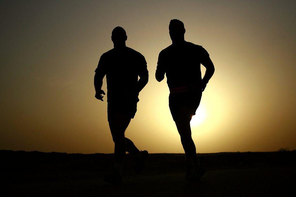 2 Männer laufen