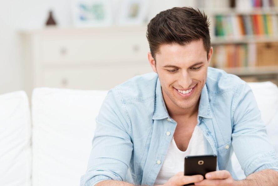 Mann schreibt am Smartphone